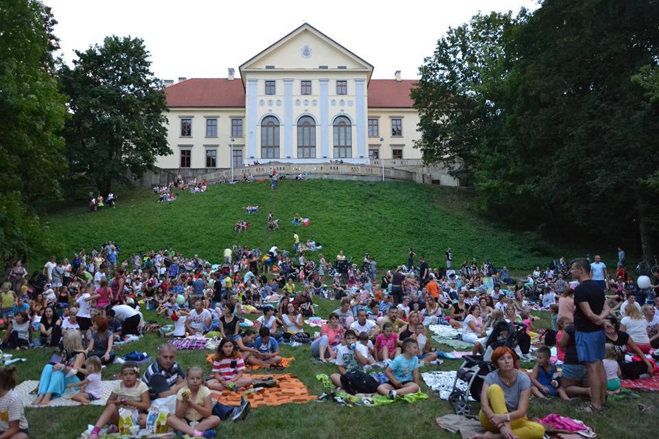 kino letnie w parku przy zamku dzikowskim1