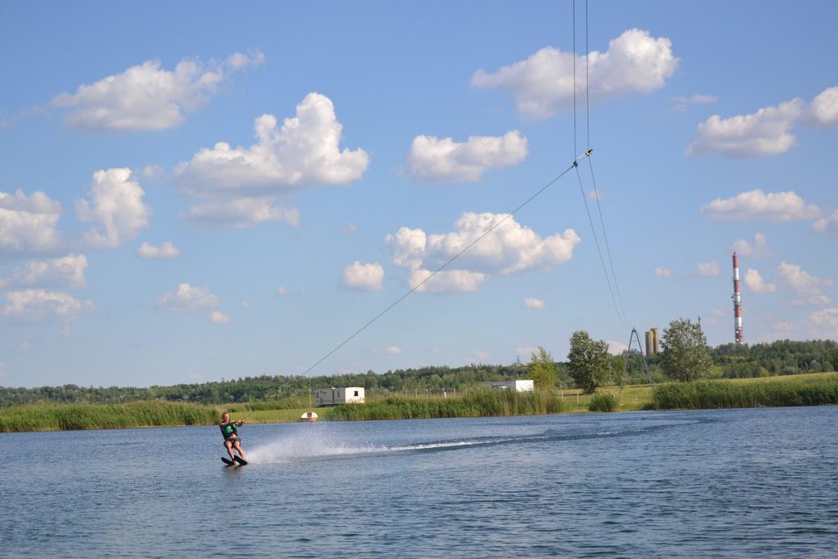 Wyciąg do wakebordingu i nart wodnych nad Jeziorem Tarnobrzeskim