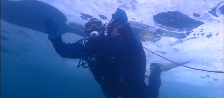 spacer pod lodem nurkowanie podlodowe w jeziorze tarnobrzeskim
